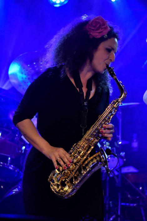 Ana tocando saxofón